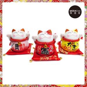 農曆新年春節-開運陶瓷4吋小招財貓-存錢桶開運三色三入組-擺飾(含坐墊