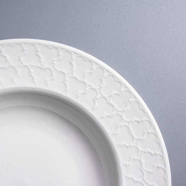 WAGA 歐式 靜白浮雕23cm陶瓷深盤-三葉草